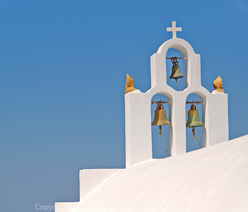 kleine weiße Kirche auf Santorini, Greece