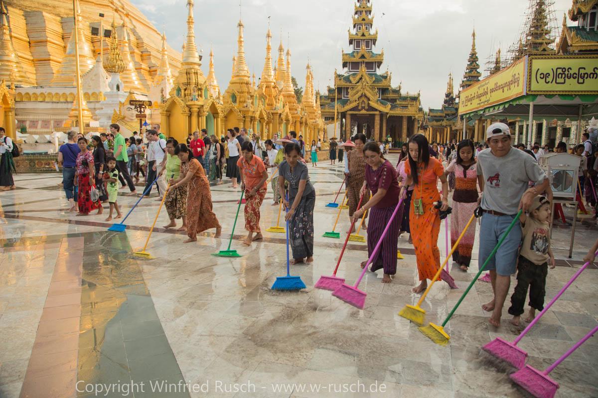 Gemeinsames Fegen nach dem Regen, Myanmar