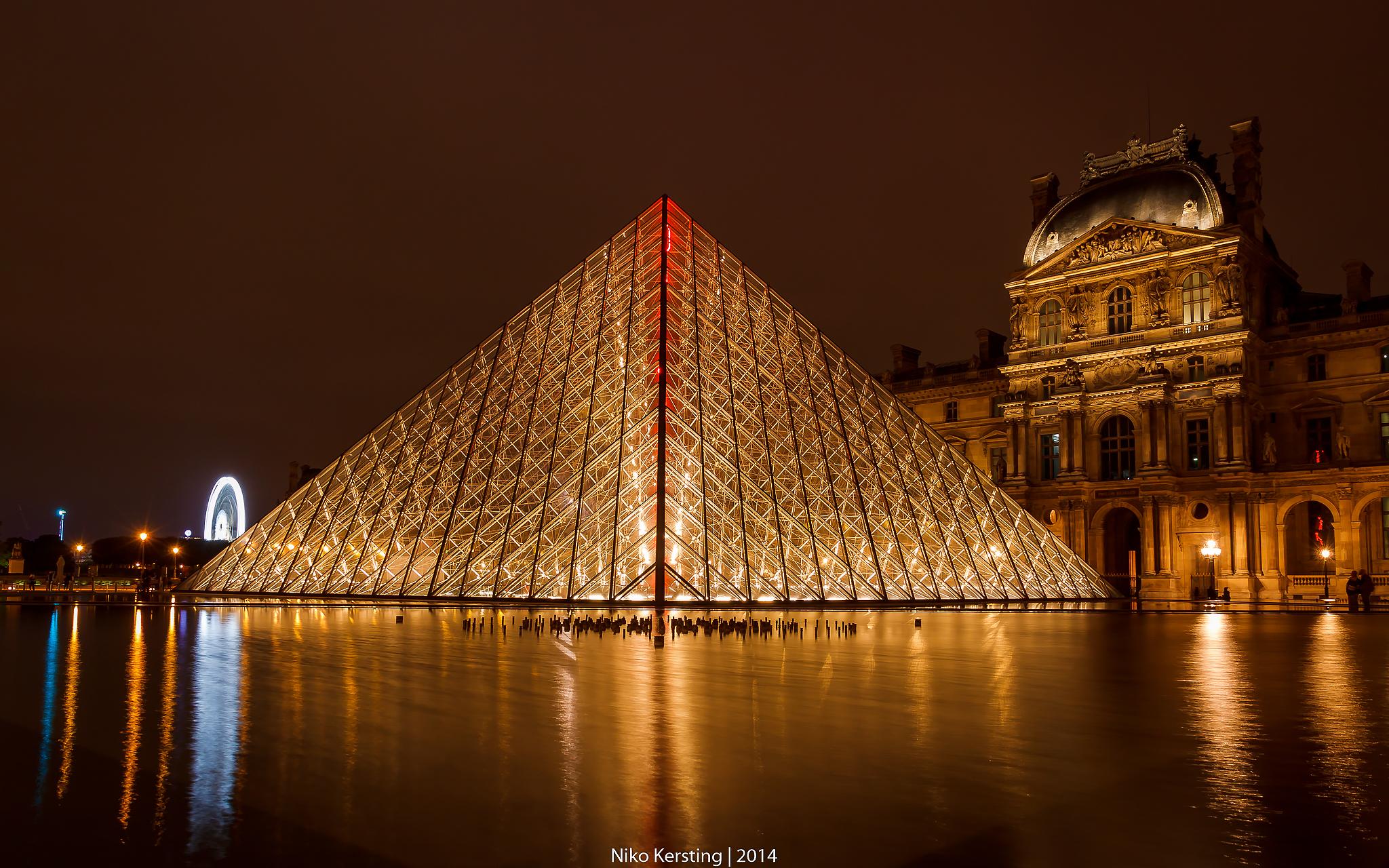Pyramide du Louvre, France