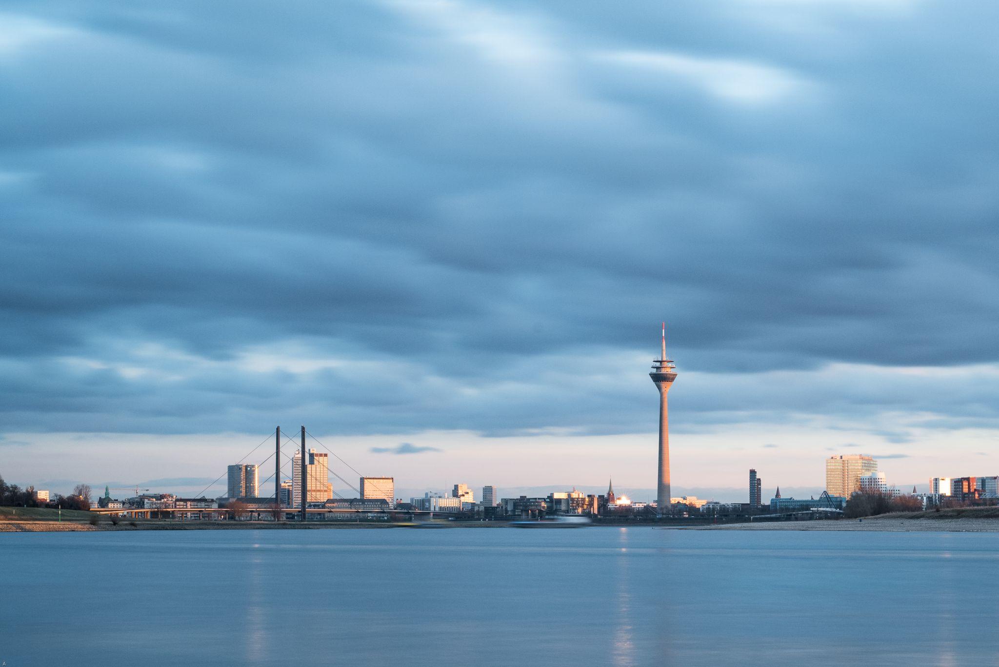 Blick von Heerdt aus auf den Medienhafen, Germany