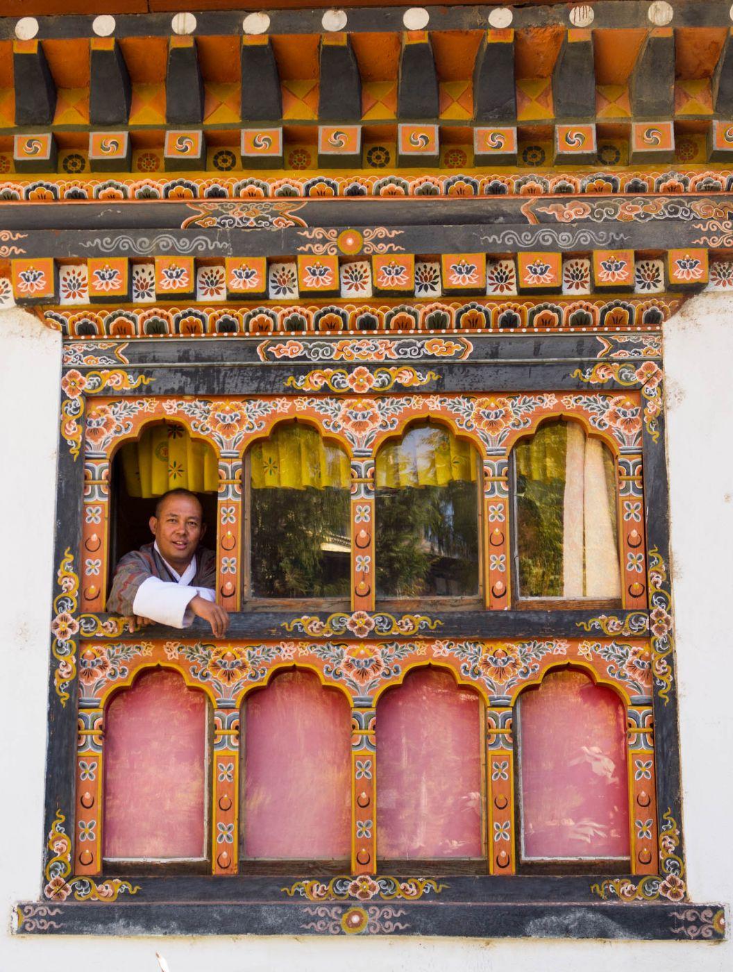 Fenster in der Malschule in Thimphu, Bhutan