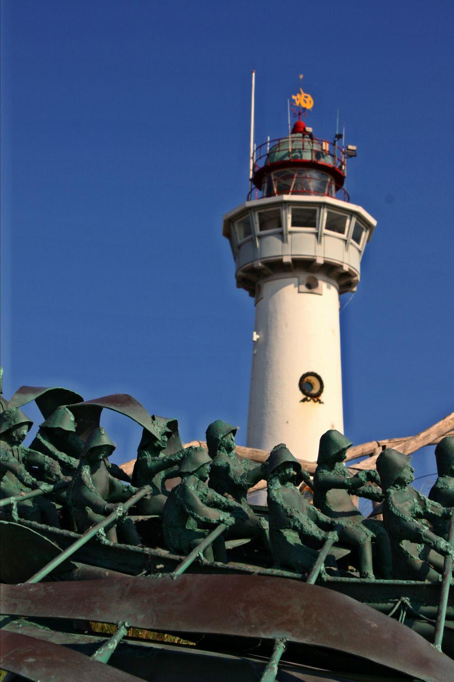 Denkmal für die Seenotretter vor dem Leuchtturm, Netherlands