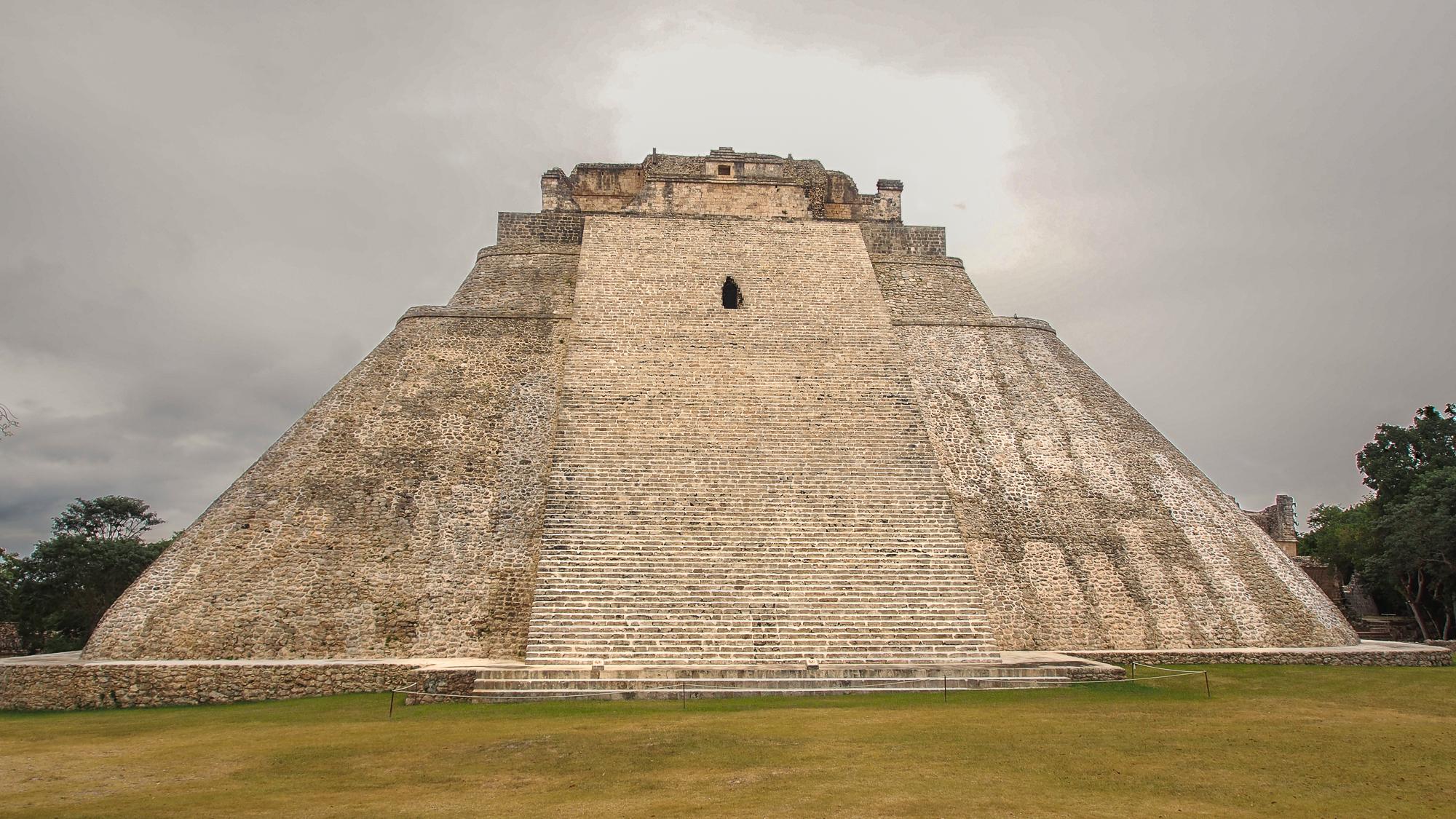 Uxmal, pirámide del adivino, Mexico