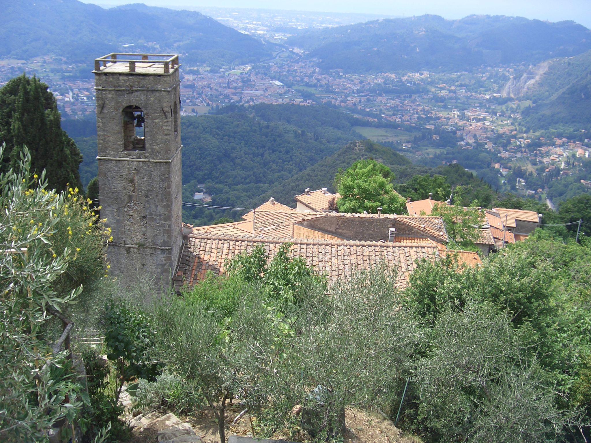 Blick über die Kirche S. Maria Assunta in Metato, Italy